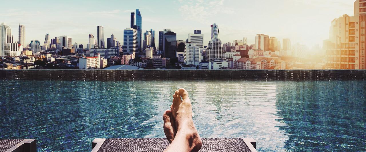 As melhores piscinas nas coberturas de hotéis