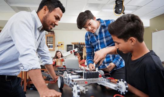 Aula de robótica em um High School nos Estados Unidos.