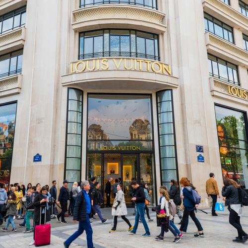 Lojas como a Louis Vitton podem ser encontradas na Avenue des Champs-Élysées