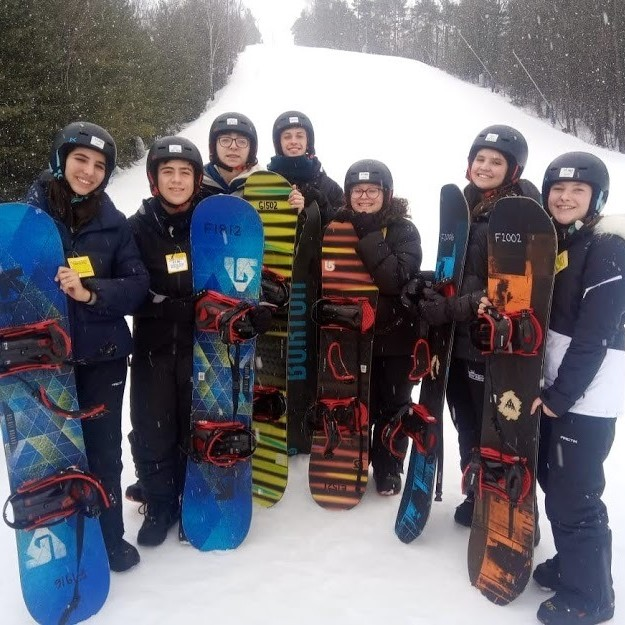Dia de esquiar na montanha