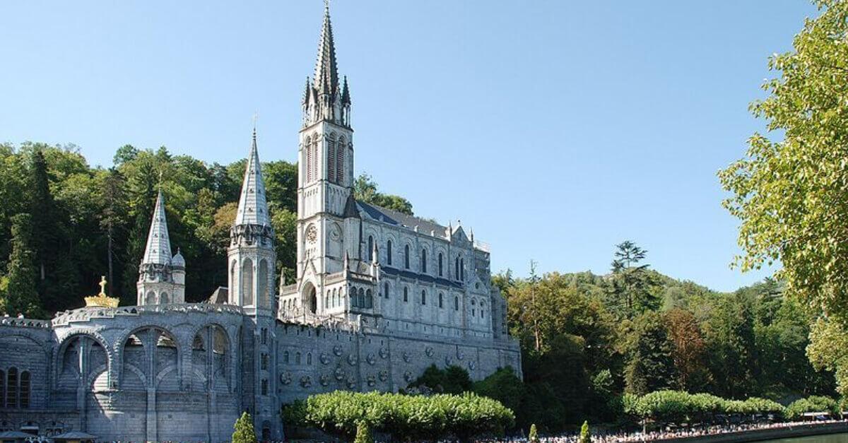Imagem do Santuário de Lourdes, um bom destino para ser visitado na Semana Santa