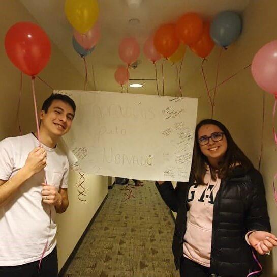 Eduardo e Bruna fizeram um intecâmbio namorando e ganharam uma festa de noivado dos amigos
