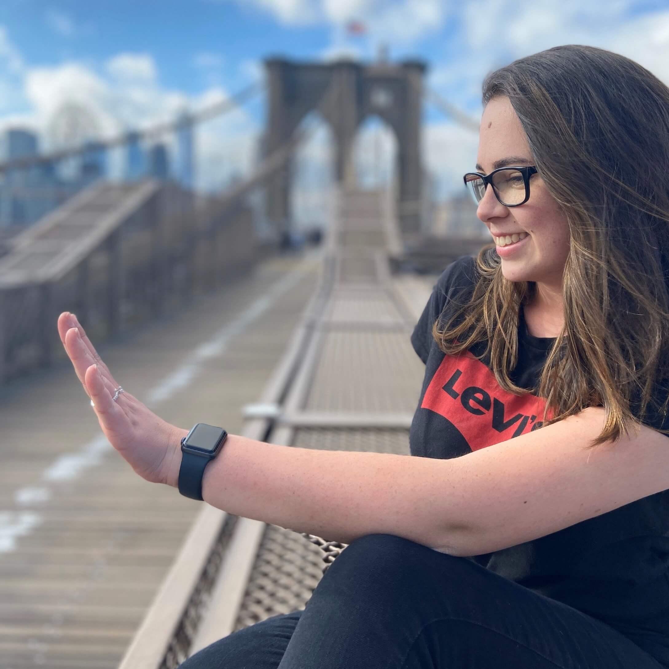 Bruna em Nova York admirando seu anel de noivado