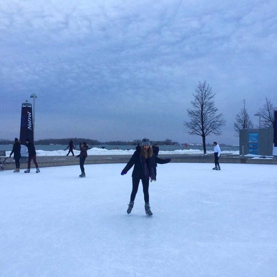 Jéssica patinando no gelo em Toronto